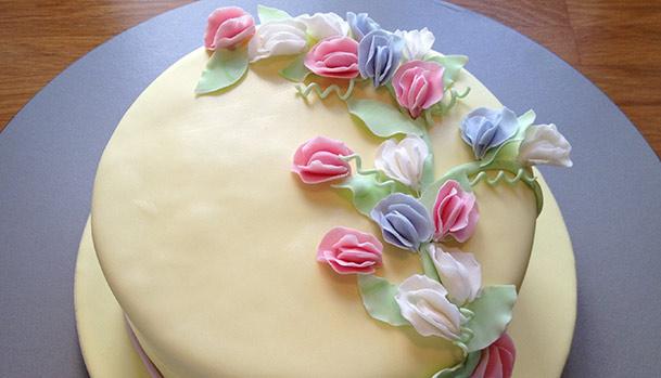 Kage med fondant og lathyrus blomster